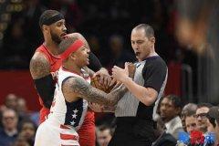 NBA奇才迎战开拓者 小托马斯遭驱逐
