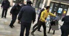 武汉城管围殴配菜员3人被辞退