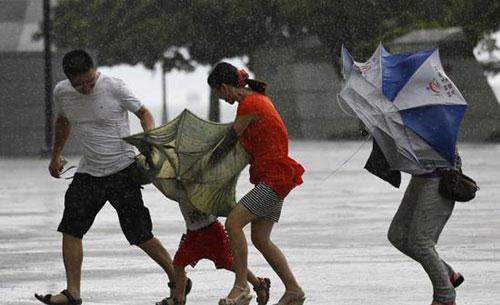 台风登陆海南:暴雨下市民艰难行走